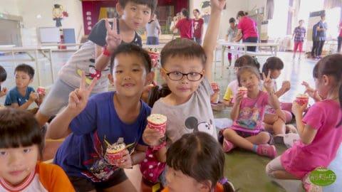 快樂孩童吃自製的米蛋糕